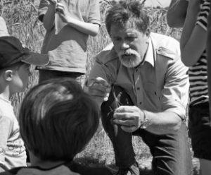Hof Constien - Bauer Hans mit Kindern - schwarz-weiß